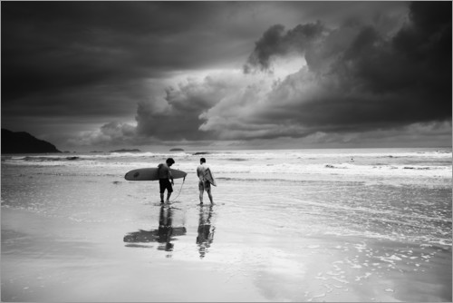 Plakat Surfers on a stormy tropical beach