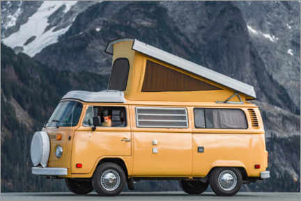 Plakat Camping bus in front of a mountain landscape