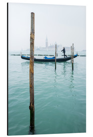 Obraz na aluminium  Gondolier with his gondola on the water in Venice in fog - Jan Christopher Becke
