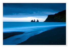 Plakat  Twilight view towards rock stacks at Reynisdrangar off the coast at Vik, South Iceland, Iceland, Pol - Lee Frost