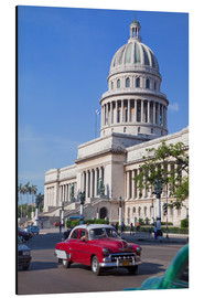 Obraz na aluminium  Traditonal old American cars passing the Capitolio building, Havana, Cuba - Martin Child