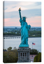 Obraz na płótnie  Aerial view of the Statue of Liberty at sunset, New York city, USA - Matteo Colombo