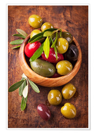 Plakat  Bowl with olives on a wooden table - Elena Schweitzer